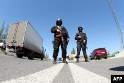 Українські спецпризначенці на дорозі між Донецьком і Слов'янськом, 25 квітня 2014 року
