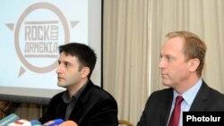 Արա Թադեւոսյանը եւ Չարլզ Լոնգսդեյլը լրագրողների հետ հանդիպմանը: Երեւան, 15-ը հոկտեմբերի, 2010թ.
