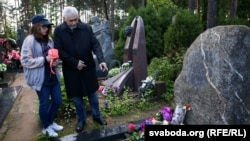 На магіле Васіля Быкава