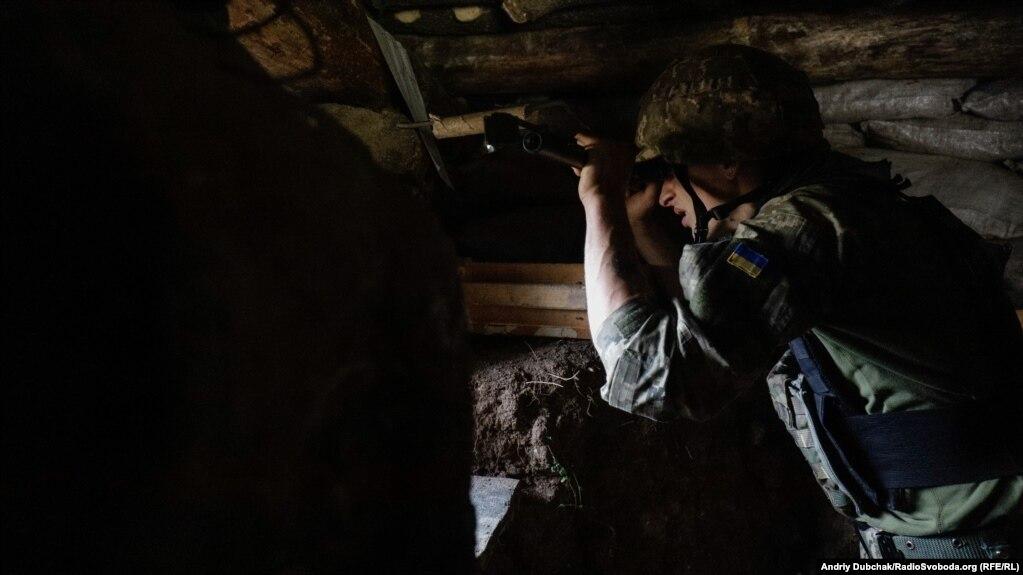 Військовий спостерігає Ðа противником на одній іРбойових поÐицій поблиÐу Золоте-4