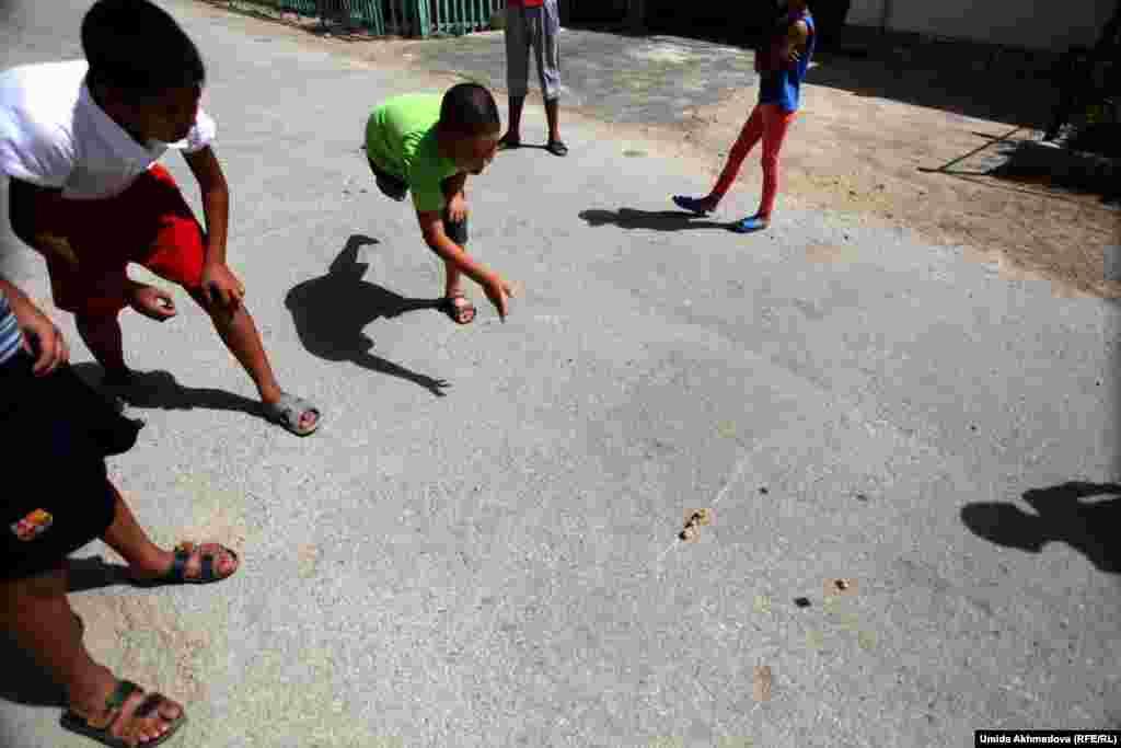 Мальчики села Рахат играют в асыки (альчики).