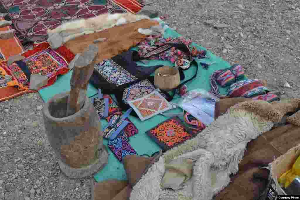 """Бүркіт тойында"" көне бұйымдар да сатылып жатты.5 қазан, 2014 жыл. Моңғолия. Баян-Өлгий аймағы."