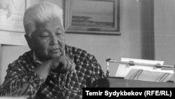 Даркан жазуучу Түгөлбай Сыдыкбеков.