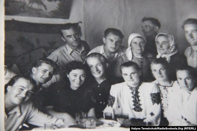 На спецпоселенні. 1956 рік Богдан Климчак( з права на ліво – четвертий, в першому ряді)