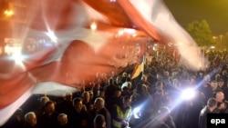 Podjele u crnogorskom društvu su dugotrajne što pokazuje i ova fotografija sa starom crnogorskom zastavom protivnika ulaska u NATO, iz decembra 2015. Dve godine kasnije zamlja je ušla u NATO. Nakon promjene vlasti 2020., probuđeni su strahovi od rizičnijih nestabilnosti.
