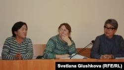 Защитники по делу Махамбета Абжана (слева направо): общественный защитник — мать активиста Салия Абжанова, адвокат Фатима Берсанова и адвокат Найля Кузбаева. Астана, 16 октября 2017 года.