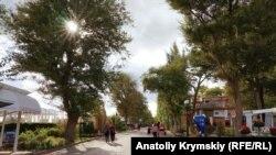 Променад на прибрежной улице Горького в Евпатории, архивное фото