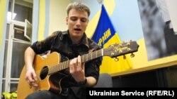 Учасник гурту «Інше небо» презентує пісню на слова Ліни Костенко