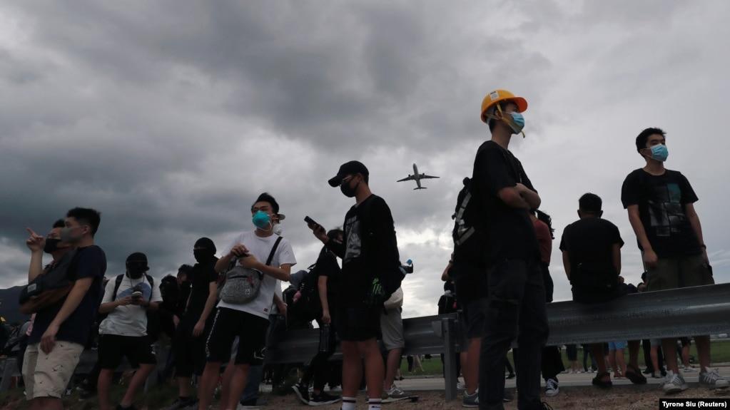 Гонконгта наразылық акциясына қатысушылар әуежайға кіреберісті жапты