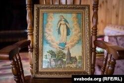 Цудоўны абраз Маці Божай, які захаваўся зь дзяцінства з бацькоўскага дому. Рамка адноўленая