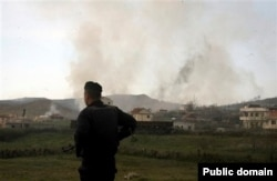 Një ushtar i Shqipërisë në Gërdec, ku ndodhi shpërthimi në depon e armëve.