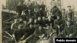 Бригада спецпоселенцев крымских татар на лесоповале. Марийская АССР, участок 52, 1950 год