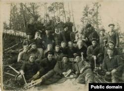 Бригада спецпоселенців (депортованих) на лісоповалі. Марійська АРСР, ділянка 52, 1950 рік