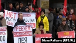 """2015-ci ilin yanvarında Moldova Mərkəzi Bankının qarşısında belə """"antidevalvasiya"""" piketləri tez-tez keçirilirdi."""