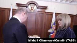 Ella Pamfilova Vladimir Putin-ə vəsiqəsini təqdim edir