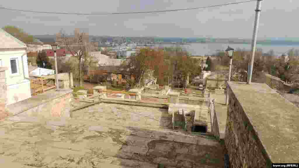 Декоративные каменные вазоны, украшавшие Большую Митридатскую лестницу, исчезли.
