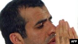 """Сунни козголоңчуларынын """"Жундалла"""" тобунун башчысы Абдулхамид Риги Ирандын түштүк чыгышындагы Захедан шаарындагы пресс-конференцияда. 25-август 2009-ж."""