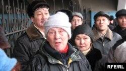 Эти протестующие люди не смогли попасть на собрание к главе города. Алматы, 6 февраля 2009 года.