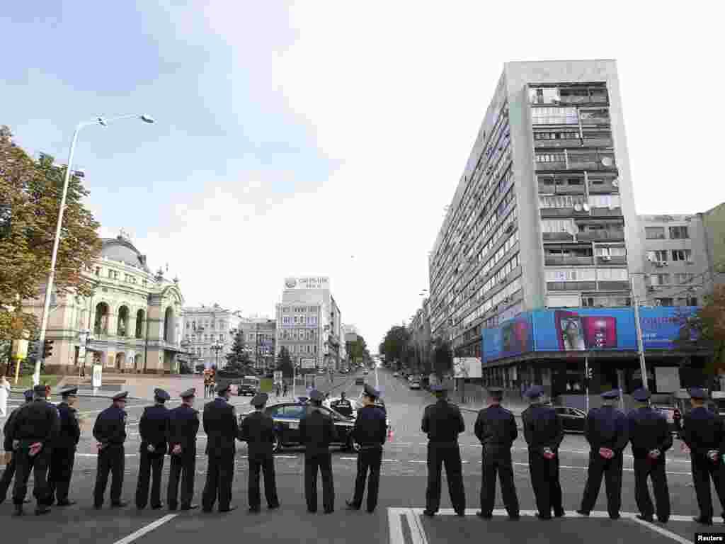 Більшість центральних вулиць столиці перекрито металевими щитами або «живими» ланцюгами міліції.