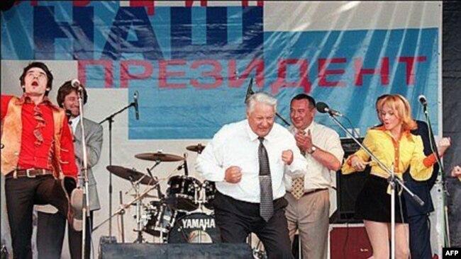 Борис Ельцин танцует на концерте в Ростове во время выступления Осина, 10 июня 1996