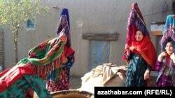 Туркменские женщины в афганской провинции Джаузджан.