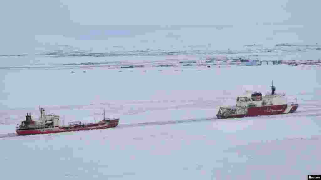 США. Катер береговой охраны Соединенных Штатов ведет российский танкер у берегов Аляски.
