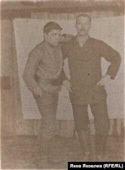 Выпускник Томского учительского института П.А. Афанасьев (справа). 1910 г.