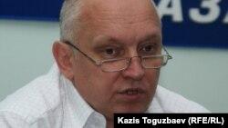 """Тіркелмеген """"Алға"""" партиясының жетекшісі Владимир Козлов баспасөз мәслихатын беріп отыр. Алматы, 2 қыркүйек 2010 жыл."""