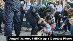 Российская полиция задерживает людей во время акции протеста в Москве, август 2019 года