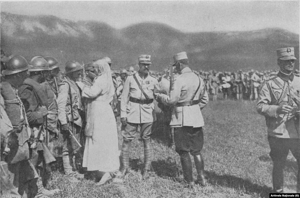 Regina Maria decorează soldații de pe frontul din Moldova în vara lui 1917