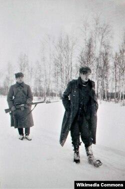 Красноармеец конвоирует немецкого военнопленного. 1941. Фото Сергея Струнникова.