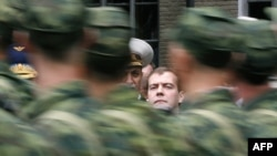 Російський лідер Дмитро Медведєв на військовому параді 8 серпня у Владикавказі у річницю російсько-грузинської війни.