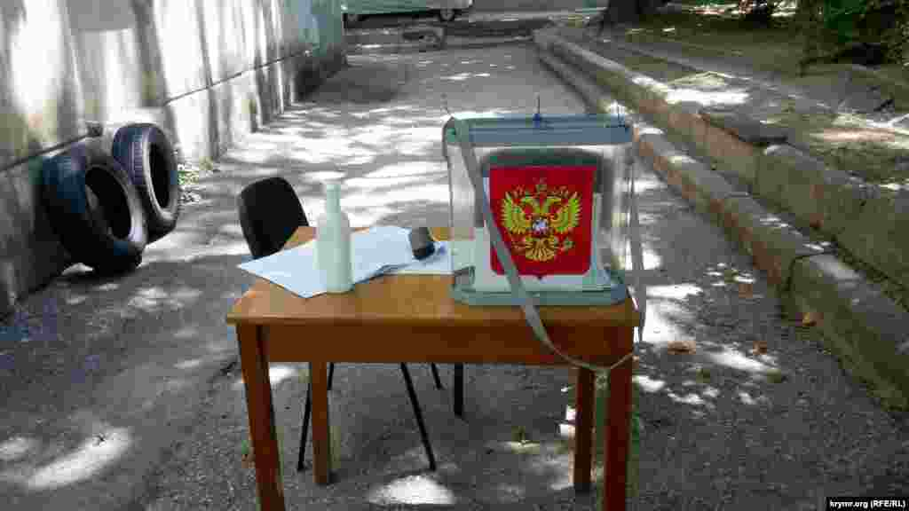 Проголосовать в Севастополе можно было не только на участке, но и на улице, возле пляжа, в подъезде и даже посреди дороги