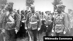 Император Николай II (слева) и его генералы, 1916 год