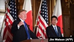 ტოკიო, 2017 წლის 6 ნოემბერი: აშშ-ის პრეზიდენტი დონალდ ტრამპი და იაპონიის პრემიერ-მინისტრი შინზო აბე ერთობლივ პრესკონფრენეციაზე