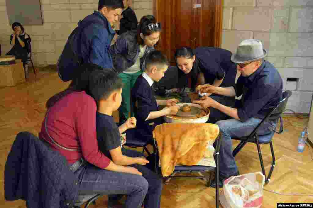 Один из мастер-классов был посвящен гончарному делу. Он проводится в «Ночь музеев» регулярно, и не только здесь. Аналогичное было и в Музее Алматы.