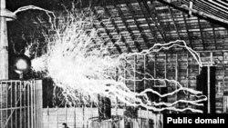 Первым над созданием электромагнитного оружия задумался Никола Тесла. В лаборатории Теслы в Колорадо-Спрингс, США. 1900 годы