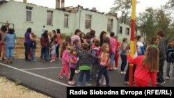 Ученици од пелагониските села Долно Српци и Беранци каде новата учебна година започна со протести.
