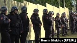 Екатеринбург, 16 мая. Полицейские охраняют забор вокруг части сквера у Театра драмы, где власти собирались построить храм. После массовых протестов жителей стройка была отменена, а забор убран