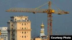 По мнению жителей, уже то, что башенный кран летает над крышей домов, свидетельствует о точечности застройки