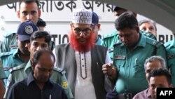 """""""Жамаат е-Ислами"""" партиясы жетекшілерінің бірі Делуар Хусейн Сайедиді (ортада) сотқа әкеле жатыр. Дакка. 20 қараша 2011 жыл."""