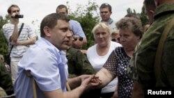 Александр Захарченко во время стихийного митинга в Донецке