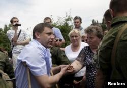 Ватажок угруповання «ДНР» Олександр Захарченко (ліворуч) у Донецьку. 15 червня 2015 року