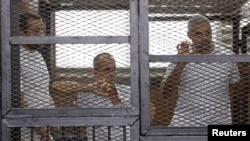 Бахер Мохаммад, Питер Грест и Мохаммад Фахми во время заседания суда в Каире в июне 2014 года