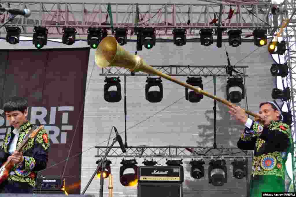 После открытия со своей программой выступила группа из Узбекистана«Аббос». Они новички на этом фестивале, хотя в Казахстане ужевыступали, в частности, в рамках культурной программы EXPO в Астане в2017 году. На этом фото музыкант справа играет на карнае – медномдуховом инструменте, распространенном в Таджикистане, Иране,Узбекистане. История этого инструмента насчитывает три тысячи лет.