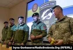 Вадим Сухаревский (справа) с сослуживцами на встрече со студентами Мариупольского государственного университета