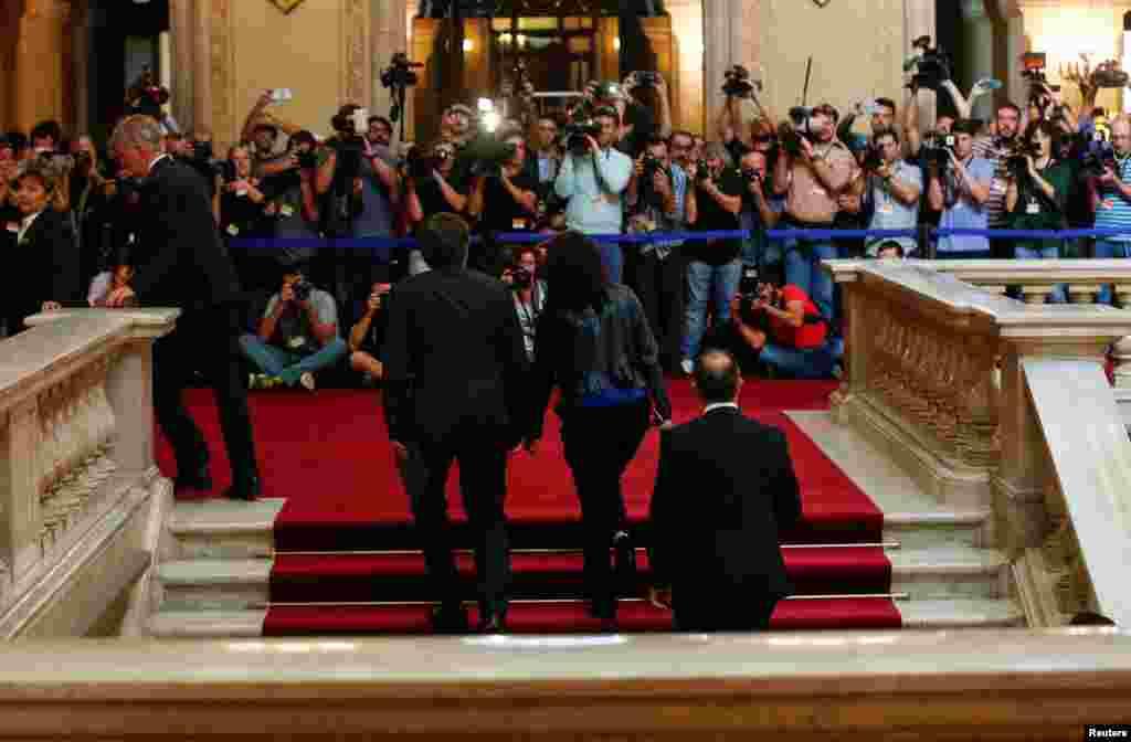 Лідер Каталонії Карлес Пучдемон прибув до будівлі парламенту разом із дружиною