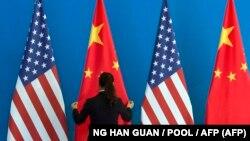 پرچمهای آمریکا و چین در جریان نشستی در سال ۲۰۱۴