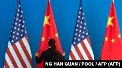 """Naj ne očekuje novi hladni rat između SAD i Kine već """"kooperativno rivalstvo"""" (zastave SAD i Kine)"""