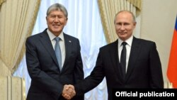 Qırğızıstanın keçmiş prezidenti Almazbek Atambaev (solda) və prezident Vladimir Putin